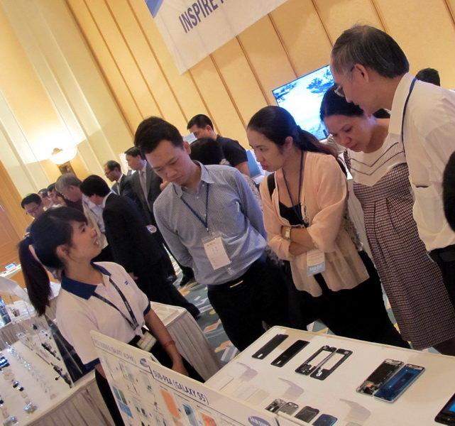 Một buổi triển lãm các thiết bị phụ trợ như màn hình của Samsung nhằm mời gọi các doanh nghiệp VN tham gia cung ứng, giảm nhập khẩu từ nước ngoài. Ảnh: Trung Hà