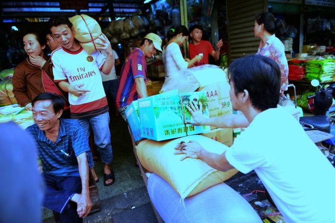 Hàng Trung Quốc được vận chuyển vào bán tại chợ Bình Tây, Q.6, TP. HCM chiều 2-12 - Ảnh: Thanh Tùng