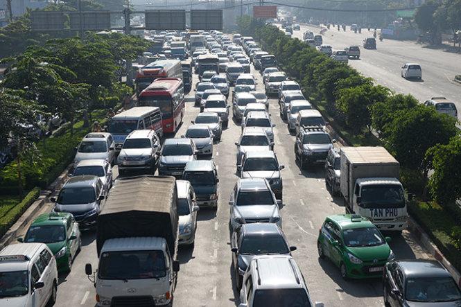 Giá ôtô tại Việt Nam quá cao là do phải chịu nhiều thuế và phí - Ảnh: Hữu Khoa
