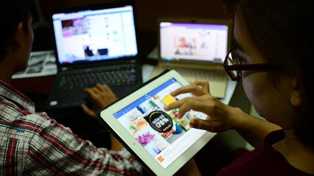 Theo nghị định 52, người bán hàng qua mạng phải đóng thuế - Ảnh: T.T.D.