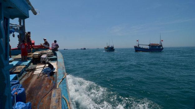 Ngư dân Bình Định trong ngày lễ phát động xuất hành ra khơi bám biển - Ảnh: Trường Đăng